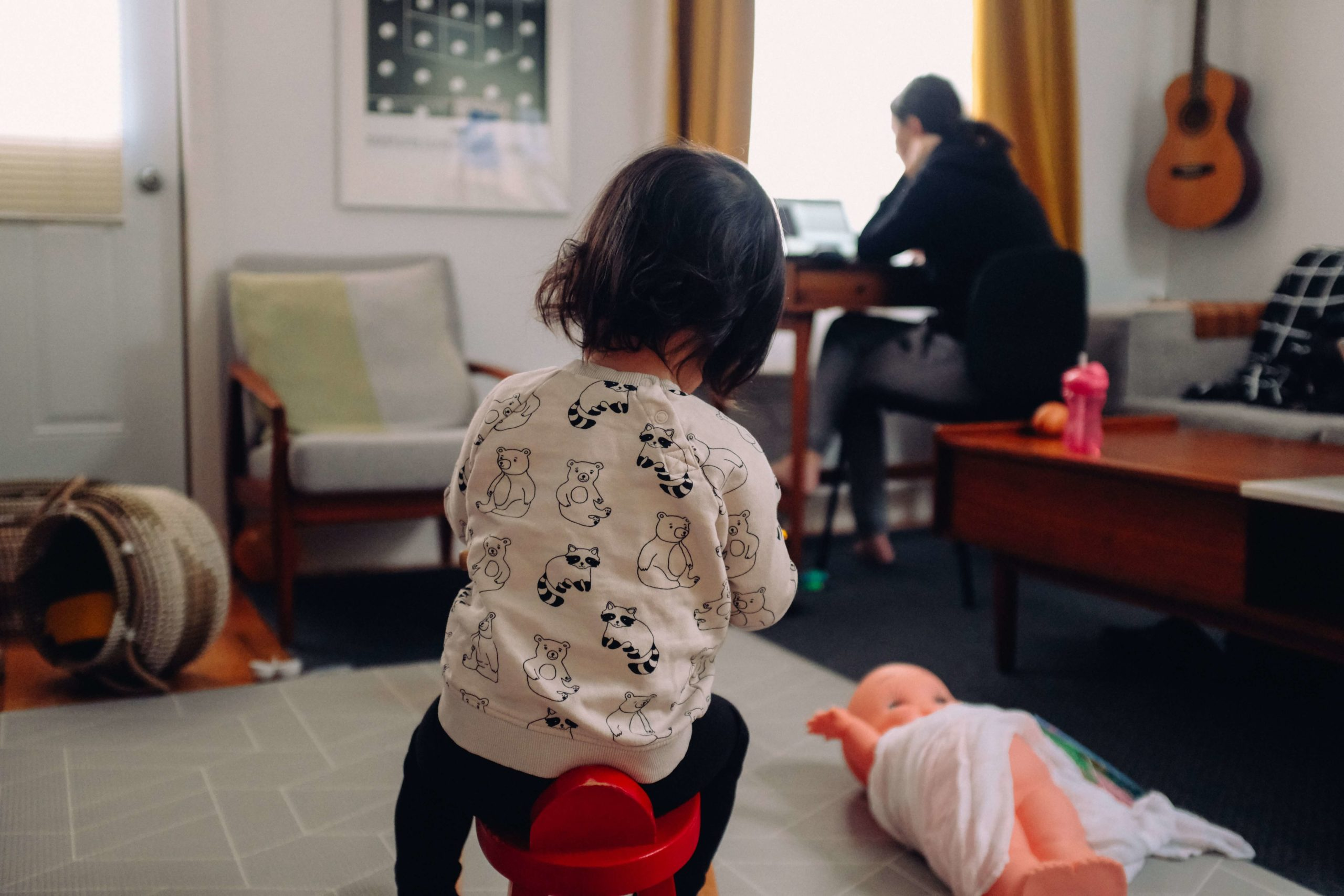 Arbeiten und gleichzeitig ein kleines Kind zu Hause – Wir haben ein paar mögliche Alternativen für dich zusammengestellt
