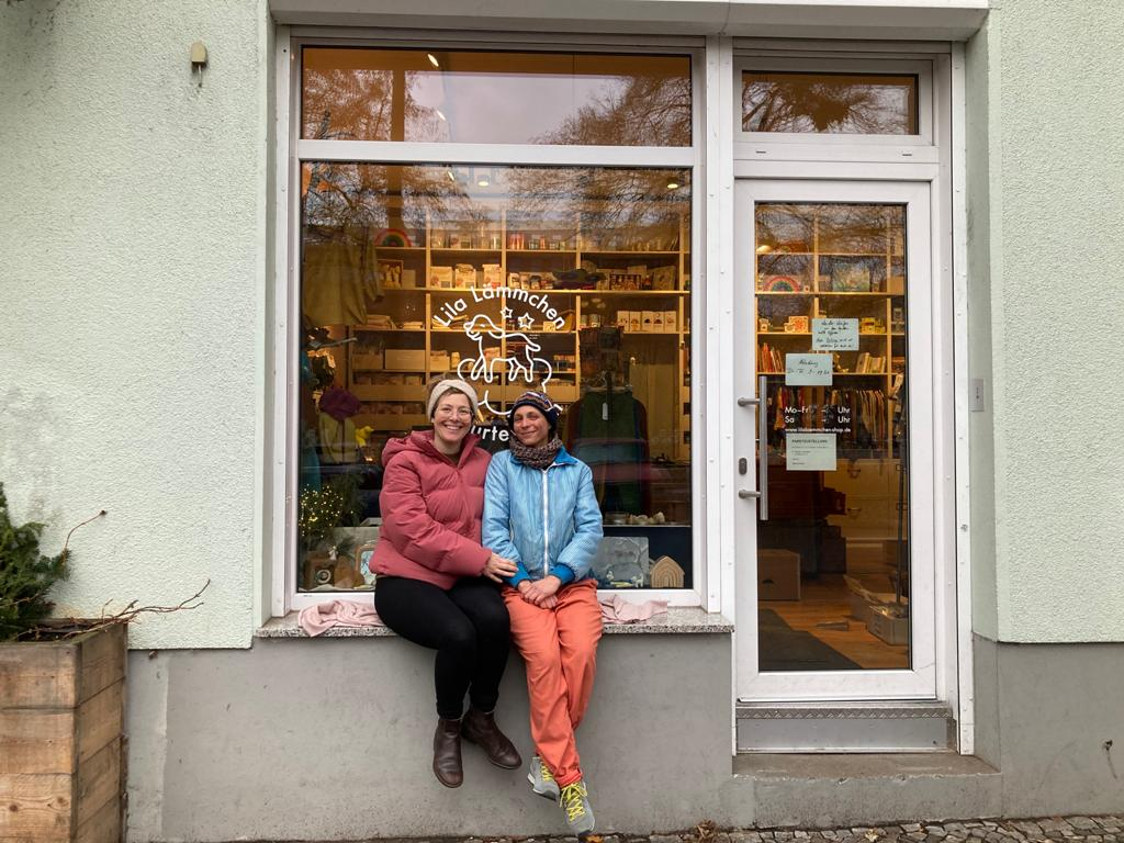 2 women sitting on window of the lila lämmchen store