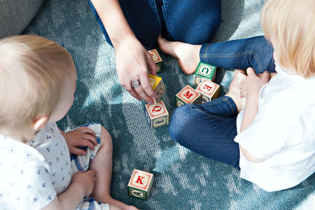 2 kinder spielen mit Bausteine